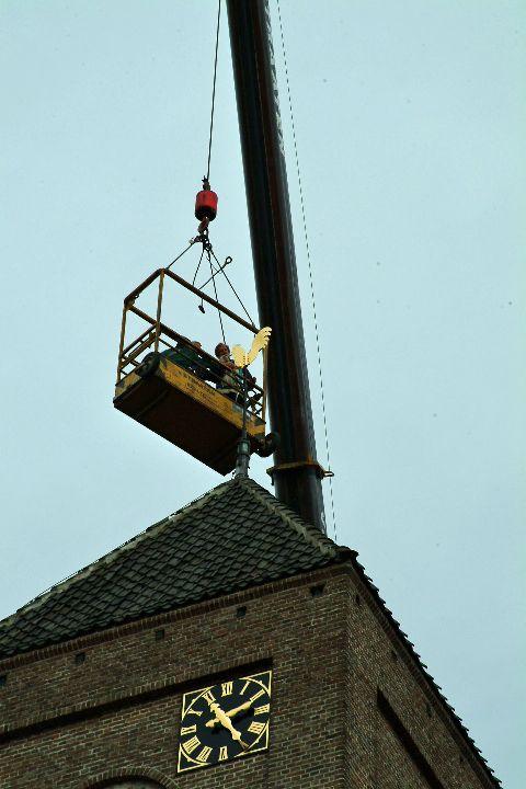 Raaltede Plaskerk : een laatste inspectie of de torenhaan goed functioneert