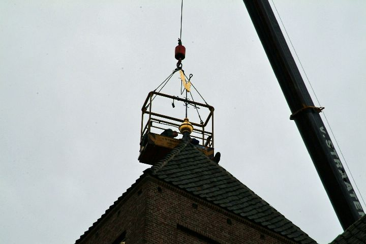 Raalte: Plaskerk het kruis compleet met bol 5 sept. 2007